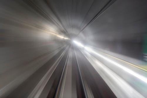 Verwischte Konturen, vorbeiziehende Lichtspuren. (Bild: KEYSTONE/GAETAN BALLY)
