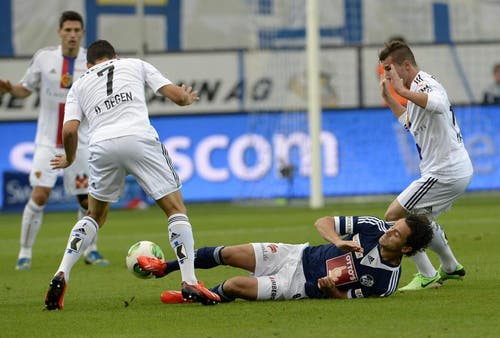 David Degen (links) und Taulent Xhaka vom FC Basel (rechts) gegen Dimitar Rangelov vom FC Luzern. (Bild: Keystone)