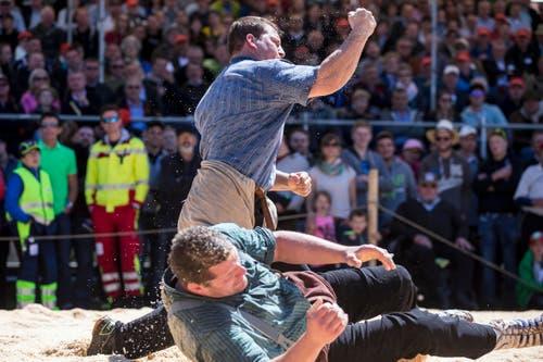 Erich Fankhauser freut sich über seinen Sieg gegen Martin Grab. (Bild: Alexandra Wey / Keystone (Baar, 30. April 2017))