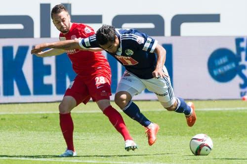 Luzerns Dario Lezcano hält sich den Thuner Andreas Wittwer vom Leib. (Bild: Keystone)