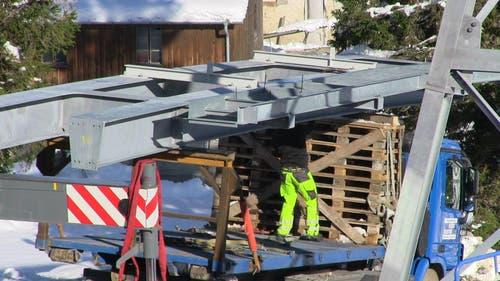 Die Brückenelemente werden von der Materialseilbahn mit einem Lastwagen ans Ziel gebracht. (07.11.2014) (Bild: René Meier)