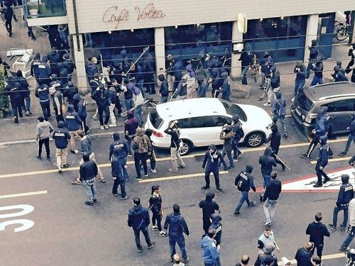 Zürcher Chaoten wüten mit Eisenstangen vor dem Café Volta in der Voltastrasse. (Bild: Leserreporter)