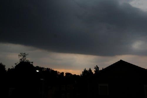Bevor das Gewitter am Dienstagabend los ging, hatte sich eine dichte, schwarze Wolkendecke über das Biregg-Hirtenhof-Schönbühl-Gebiet gebreitet. Es wurde zum Fürchten dunkel. (Bild: Leserreporterin Georgette Baumgartner-Krieg)