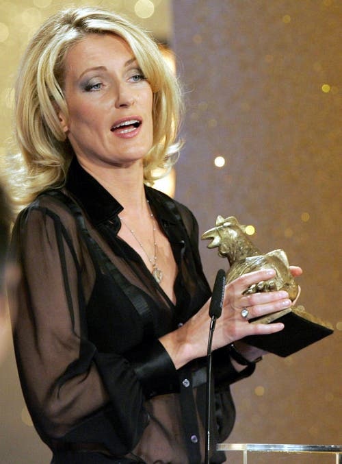 """Maria Furtwängler hält den deutschen Medienpreis """"Die Goldene Henne"""" in der Hand. Die Verleihung fand am 19. September 2007 statt. (Bild: Keystone)"""