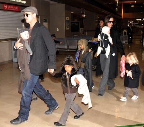 Grossfamilie auf Reisen: Angelina Jolie und Brad Pitt mit ihren Kindern: Zahara, Pax und Maddox (nicht im Bild) sind adoptiert, Shiloh, Knox und Vivienne sind die gemeinsamen Kinder des Paares. (Bild: Keystone)