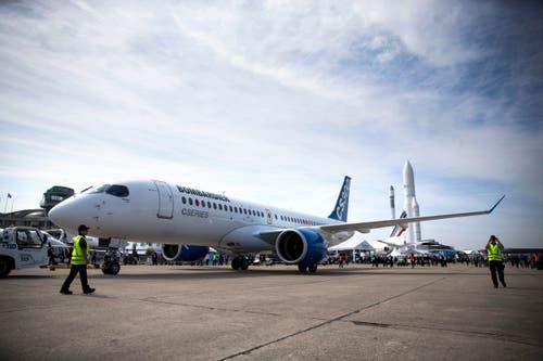 Eine Bombardier CS300 wurde während der Flugshow von seinem Parkfeld manövriert. (Bild: ETIENNE LAURENT)