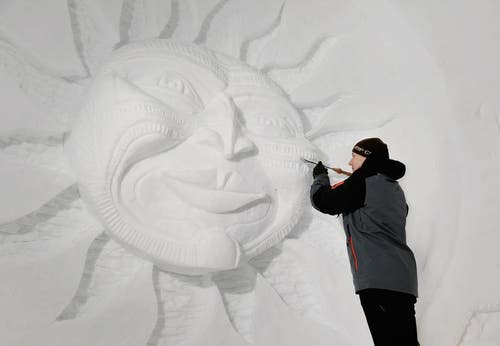 Hier zaubert der Künstler Krists Zarins seine Kunstwerke ins Eis. (Bild: Corinne Glanzmann / Neue OZ)