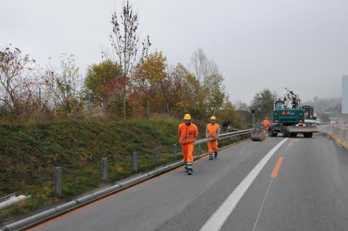 Arbeiter entfernen die Leitplanken. (Bild: Philipp Unterschütz / Neue NZ)