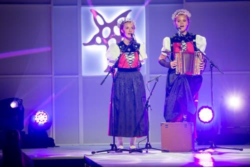 Das Jodelduett der Geschwister Monney umrahmten die Feier musikalisch. (Bild: KEYSTONE/Ennio Leanza)