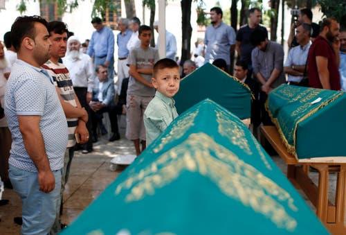 Eine Familie trauert um ihre vier Verwandten, die bei den Anschlägen ums Leben kamen. (Bild: EPA/SEDAT SUNA)