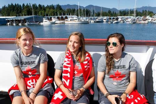 V.l.n.r.: Rachel Rinast, Sandra Betschart und Ramona Bachmann geniessen die Bootsfahrt. (Bild: KEYSTONE / SALVATORE DI NOLFI)