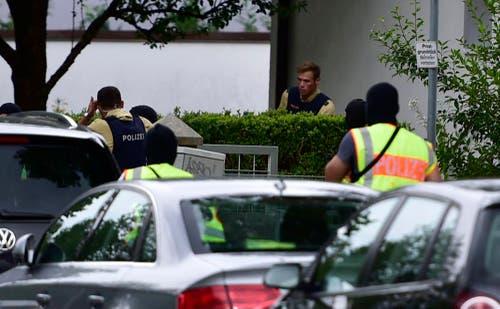 Die Polizei sucht die Umgebung der Attacke ab. (Bild: AP/Marc Kleine-Kleffmann)