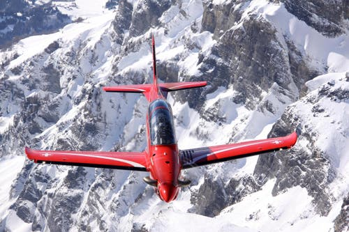 Der PC-21 fliegt über die Berge. (Bild: PILATUS AIRCRAFT)