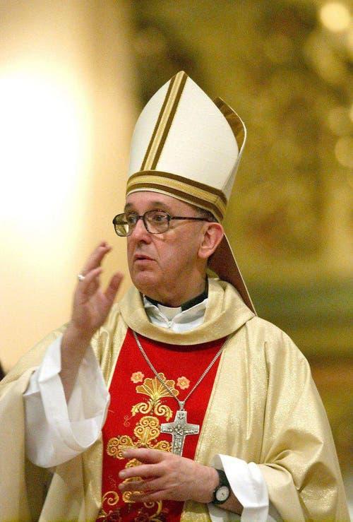 Eine Aufnahme von Bischof Jorge Bergoglio vom 6. April 2005. (Bild: Keystone)