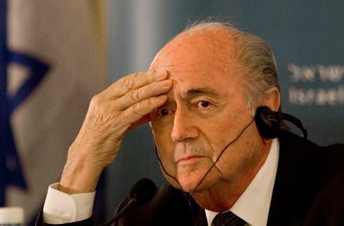 FIFA-Präsident Sepp Blatter: Ihm müssen die Vorgänge zu denken geben. (Bild: AP Photo / Tsafrir Abayov)