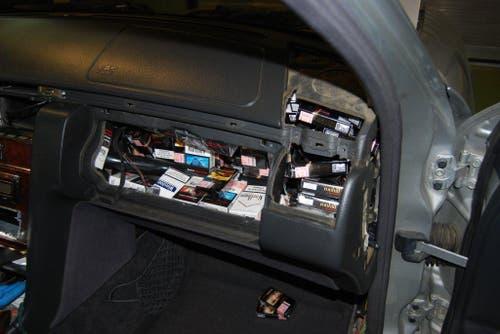 Das Handschuhfach ist prall gefüllt mit illegaler Ware. (Bild: Eidgenössische Zollverwaltung)