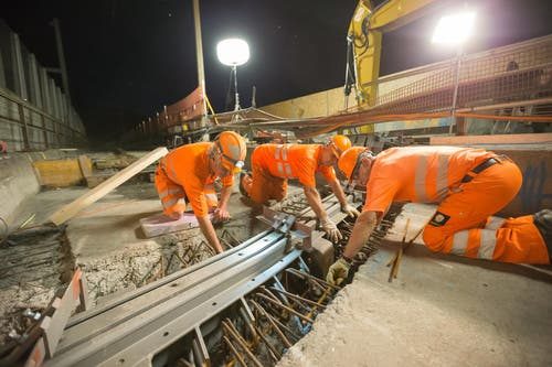 Mitarbeiter der Firma Implenia legen die Geleise des Zentralbahn-Trasses frei für Sanierungsarbeiten. (Bild: Roger Zbinden / Neue NZ)