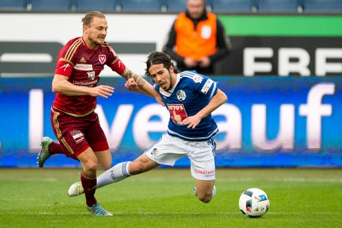 Jahmir Hyka (rechts) von Luzern erhält einen Penalty zugesprochen, nach dem Zweikampf gegen Nick Von Niederhäusern (Bild: Keystone / Urs Flüeler)