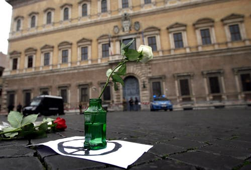 Eine weisse Rose auf einem als Friedenszeichen symbolisierten Eiffelturm vor der französischen Botschaft in Rom. (Bild: AP/Gregorio Borgia)