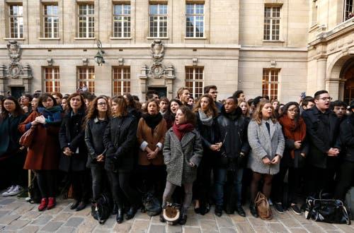 Studenten singen die Nationalhymne. (Bild: EPA / Guillaume Horcajuelo)