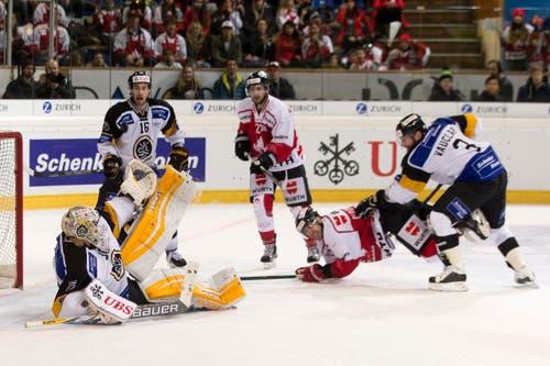 Luganos Goalie Elvis Merzlikins, Lorenz Kienzle and Julien Vauclair, von links, kämpfen um den Puck mit Team Canadas Tom Pyatt and Chris Didomenico, von links. (Bild: Keystone/ PASCAL MULLER)