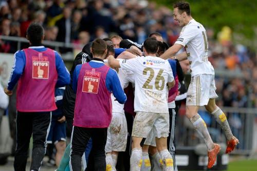 Die Spieler des FC Luzern feiern den vierten Sieg in Serie. (Bild: Keystone)