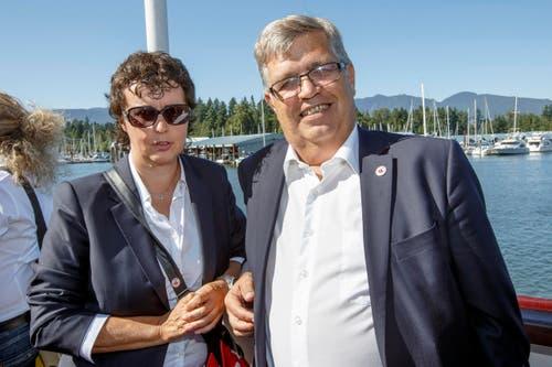 Die Schweizer Teammanagerin Sonia Testaguzza und Peter Hofstetter, Leiter der Delegation des Schweizer Nationalteams posieren an Bord des Bootes. (Bild: KEYSTONE / SALVATORE DI NOLFI)