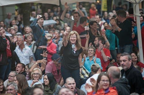 """Das Publikum auf dem Kapellplatz während des Auftritts von """"Entlebucher Alpenpower"""". (Bild: Pius Amrein (Neue LZ))"""