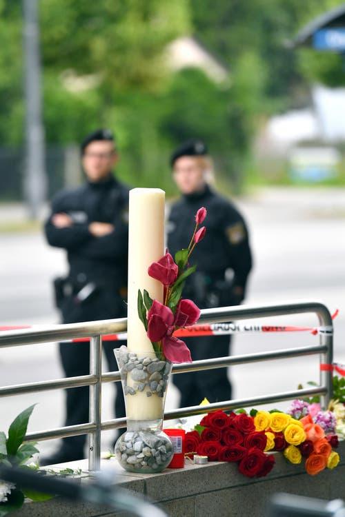 Blumen in der Nähe des Tatorts. (Bild: AP/Kerstin Joensson)