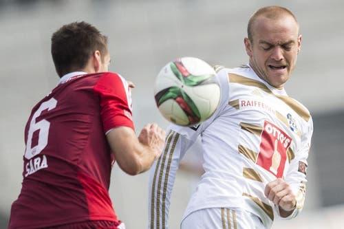Augen zu und durch: Der Luzerner Marco Schneuwly (rechts) erwartet den Ball von Gegenspieler Mario Sara (links) vom FC Vaduz. (Bild: Keystone)