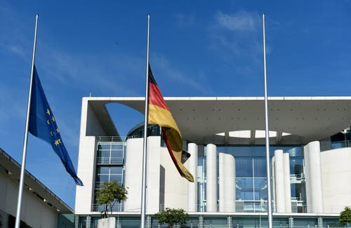 Beim Bundeskanzleramt in Berlin stehen die Flaggen auf Halbmast. (Bild: EPA/Rainer Jensen)