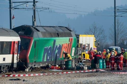 Weitere fünf Personen wurden leicht verletzt, wie die Kantonspolizei Zürich mitteilte. Sie mussten mit der Ambulanz ins Spital gefahren werden. Dabei handelt es sich um drei Männer und zwei Frauen im Alter zwischen 25 und 46 Jahren. Wie viele Passagiere in den Zügen waren, ist gemäss SBB-Sprecher Daniele Pallecchi unklar. Ein Care-Team kümmerte sich um die Passagiere. (Bild: Keystone / Ennio Leanza)