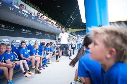 Diese Kinder kommen in den Genuss eines Trainings mit Markus Babbel. (Bild: Roger Grütter / Neue LZ)