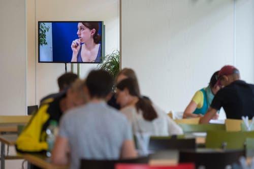 Ein Video informiert die Probespender. (Bild: KEYSTONE/Urs Flueeler)