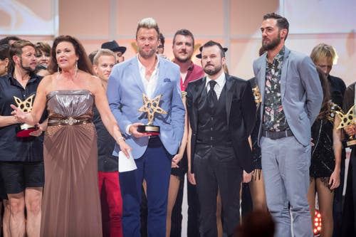 Sieger der Herzen waren das Komiker Duo DivertiMento. Sie freut sich über den verliehenen Publikumspreis. (Bild: KEYSTONE/Ennio Leanza)