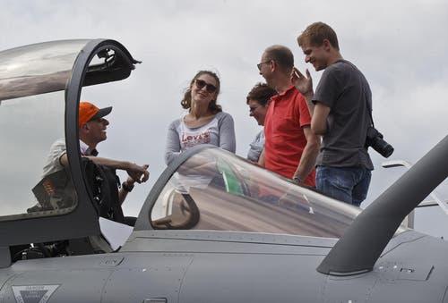 Ein Mitarbeitender von Dassault Aviation erklärt Besuchern das Cockpit eines Rafaele Jet Fighters. (Bild: Keystone / Michel Euler)