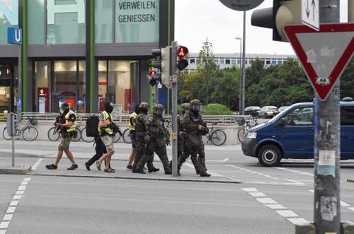 Unterdessen gab es auch in der Münchner Innenstadt einen Grosseinsatz der Polizei. Dieser stellte sich allerdings als Fehlalarm heraus. (Bild: Keystone/Felix Hörhager)