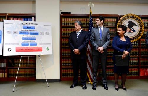 Hier laufen die Fäden der Untersuchungen wegen Korruption zusammen: Bei Generalstaatsanwältin Loretta E. Lynch (von rechts) und Bundesanwalt Evan Norris, hier mit einem Vertreter der Untersuchungsbehörden während der Pressekonferenz in New York. (Bild: EPA / Justine Lane)