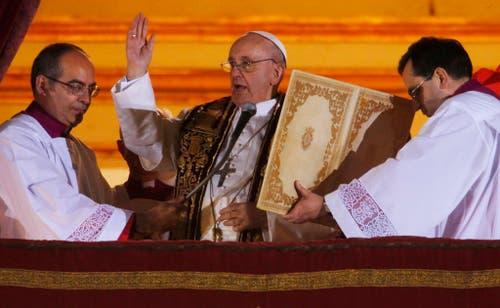 Papst Franziskus segnet die jubelnde Menschenmasse auf dem Petersplatz. (Bild: Keystone)