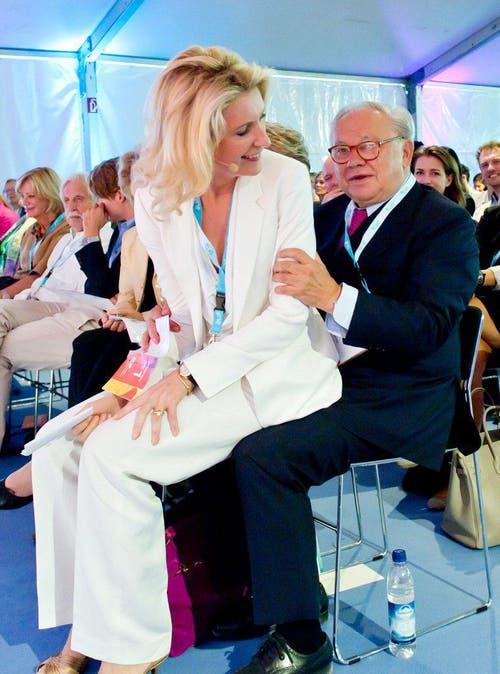 Vor der Veranstaltung Digital Life Design in München fand Schirmherrin Maria Furtwängler keinen Platz und setzte sich deshalb auf den Schoss ihres Mannes Herbert Burda. (Juli 2013) (Bild: Keystone)