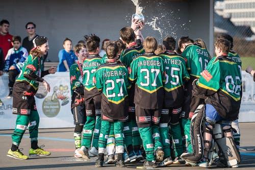 Bei den B-Junioren gewinnt der SHC Bulldozers Kernenried-Zaugenried den Cup. (Bild: Christian Herbert Hildebrand, Zuger Zeitung)