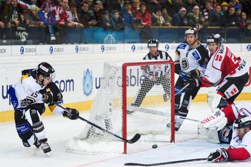Da war die Welt noch in Ordnung. Luganos Gregory Hofmann schiesst das 0-1. (Bild: EPA/GIAN EHRENZELLER)