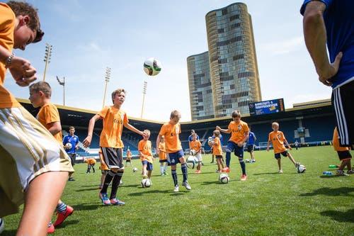 Die Kinder zeigen Einsatz beim LUKB Kids Training mit Markus Babbel. (Bild: Roger Grütter / Neue LZ)