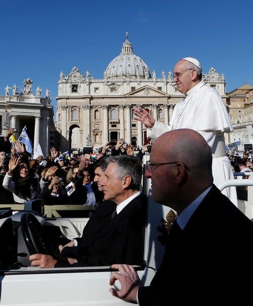 Papst Franzsikus winkt in die Menge auf dem Weg zur Feier zu seiner Amtseinsetzung. (Bild: Keystone)