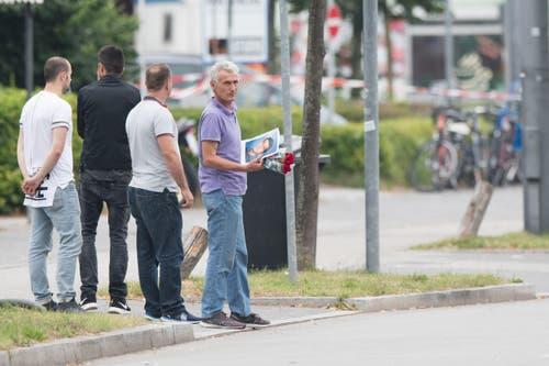 Der Vater eines Opfers in der Nähe des tatorts. (Bild: AP/Sebastian Widmann)
