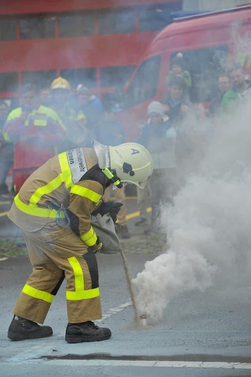 Rauch darf bei einer Feuerwehrübung nicht fehlen. (Bild: Christoph Riebli / Neue OZ)