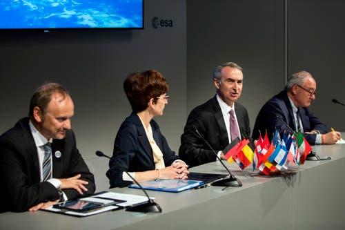 V.l.n.r.: Newtec CEO Serge Van Herck, ESA Telekommunikationsdirektor Magali Vaissiere, Intelsat CEO Stephen Spengler und ESA-Chef Jean-Jacques Dordain bei einer Pressekonferenz vom Dienstag, an der die 'Indigo'-Partnerschaft zwischen der European Space Agency (ESA), Intelsat and Newtec besiegelt wurde. (Bild: EPA / ETIENNE LAURENT)