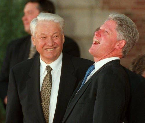 Der damalige US-Präsident Bill Clinton lacht am 20. Juni 1997 am G8-Gipfel in Denver, neben ihm steht der russische Präsident Boris Jelzin. (Bild: Keystone)