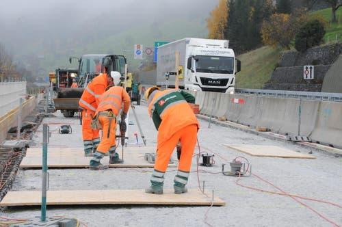 Tausende von Löchern für die bis 12 cm langen Dübel müssen von Hand gebohrt werden (Bild: Philipp Unterschütz / Neue NZ)