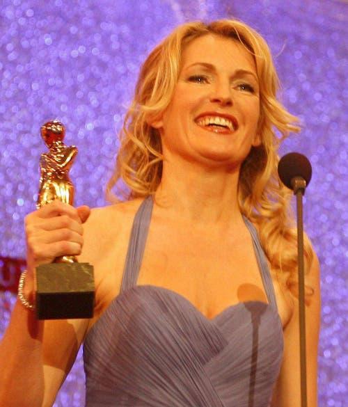 """Schauspielerin Maria Furtwängler freut sich über den Romy-Award in der Kategorie """"beliebteste Schauspielerin in einer Fernsehserie"""" am 25. April 2009 in Wien. (Bild: Keystone)"""